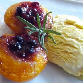 Gegrillte Pfirsiche mit roten Früchten und Rosmarin