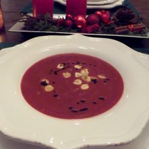 Rote Beete Suppe mit gerösteten Haselnüssen und Salbei
